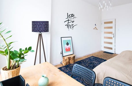 Lampy, stoliki i sofy, które emanują kolorami