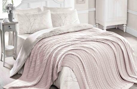 Przyjemne w dotyku koce, dywany, narzuty i poduszki