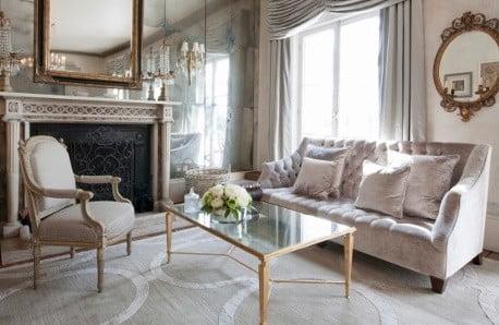 Fotele, sofy, stoliki i dekoracje trzymające fason