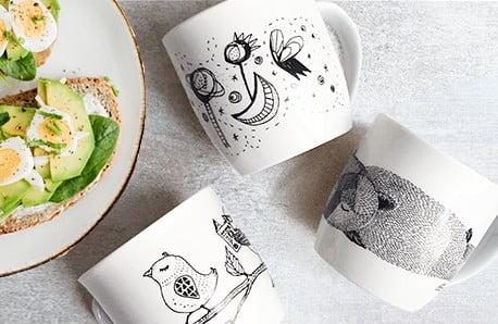 Motywy domu i rodziny na porcelanowych kubkach