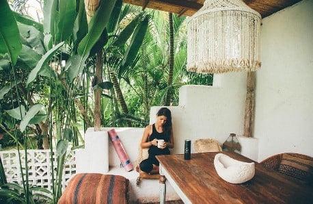 Mieszkanie w stylu joginów i surferów z Indonezji