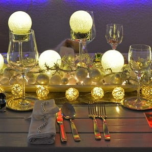 Nakryty stół to nie tylko naczynia, ale również dekoracje