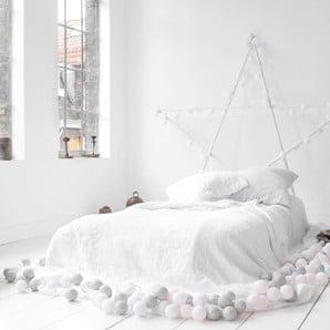 Pościele, łóżka i dodatki w stonowanych kolorach