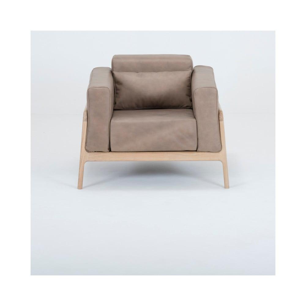 Jasnobrązowy fotel z konstrukcją z litego drewna dębowego Gazzda Fawn