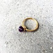 Pozłacany pierścionek z fioletowym ametystem Decadorn