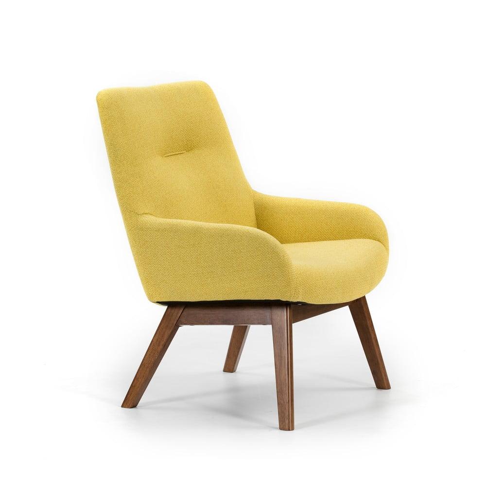 Żółty fotel z drewnianymi nogami Marckeric Messina