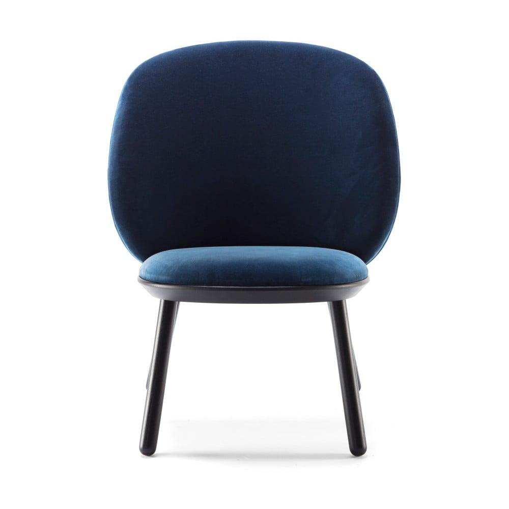 Ciemnoniebieski aksamitny fotel z jesionu z elementami skórzanymi EMKO Naïve