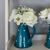 Ceramiczny dzbanek ze sztucznymi kwiatami Blue Polka, 36 cm