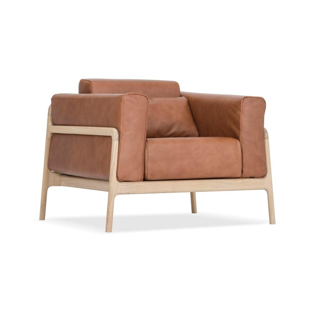 Karmelowy fotel z konstrukcją z litego drewna dębowego Gazzda Fawn