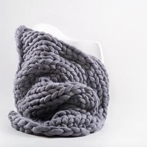 Fioletowo-szary ręcznie tkany koc z wełny merino Concepttual Chunky, 125x130cm