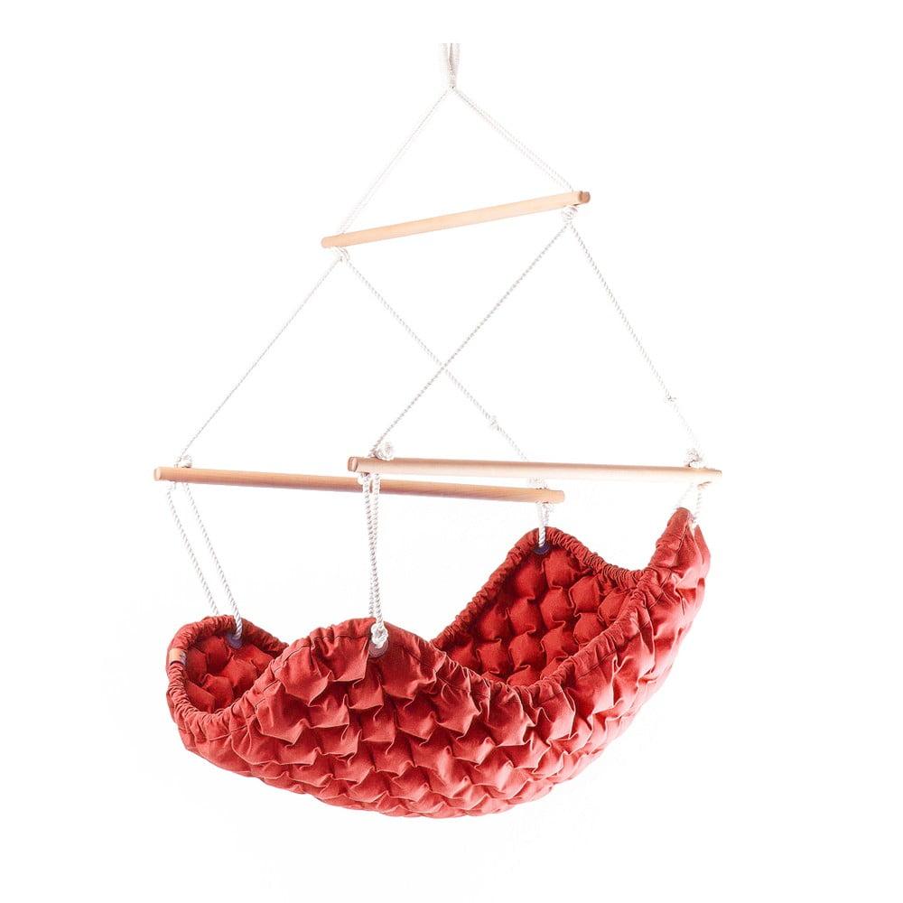 Czerwony fotel wiszący do wnętrz Linda Vrňáková Swingy In