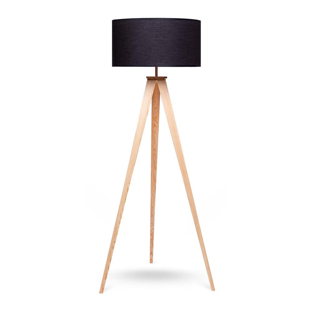 Lampa stojąca z drewnianymi nogami i czarnym kloszem loomi.design Karol