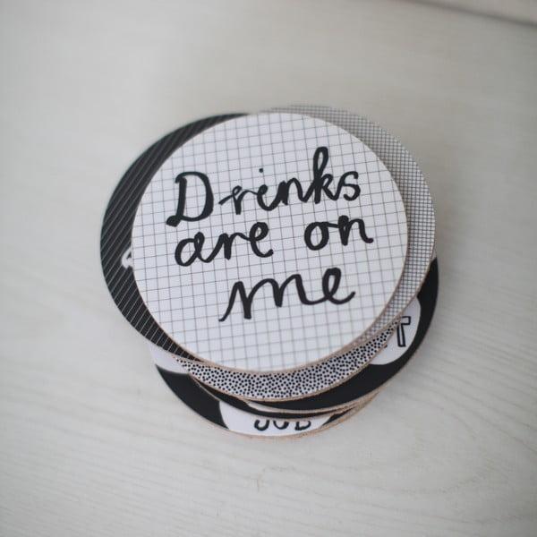 Zestaw 4 podstawek Drinks Are On Me