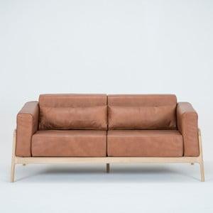 Karmelowa sofa 2-osobowa z konstrukcją z litego drewna dębowego Gazzda Fawn