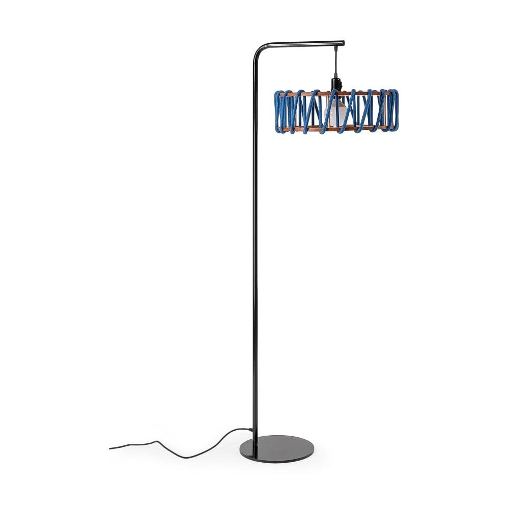 Lampa stojąca z czarną konstrukcją i dużym niebieskim kloszem EMKO Macaron